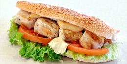 Σάντουιτς σουβλάκι κοτόπουλο